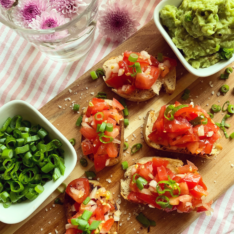 Tomate-Bruschetta-mit-Avocado-Dip-1